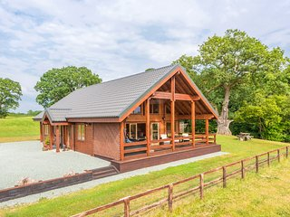 HAMPTON LODGE, luxury lodge, large bedrooms, hot tub, country views, Ellesmere,