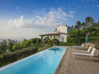 Villa Laura, beautiful and charming villa with private pool 4km from the sea