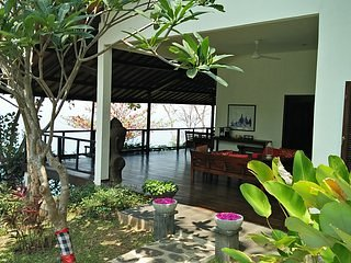 Villa  Gamrang, Exclusive Beach  House ( 4 BR ) with Private Pool and  garden