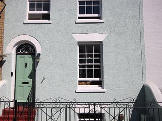 A delightful 3 bedroom period house sleeping 8 seconds from the town!