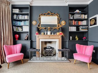 Exquisite Designer's Abode with Terrace Nestled in Notting Hill (W11)