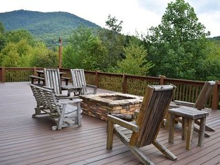 GOLDEN MOUNTAIN TOP - 3BR/3BA, Sleeps 8, Hot Tub, Gas Log Fireplace, Fire-Pit