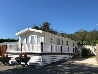 Family and Dog Friendly Luxury Two Bed Lodge, Sleeps 4, Close to Ryde.