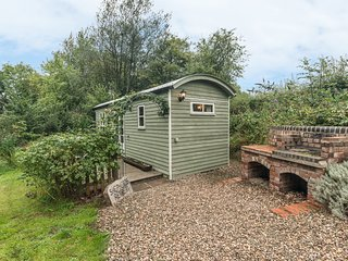SHEPHERD'S RETREAT, romantic, unique holiday cottage, with a garden in