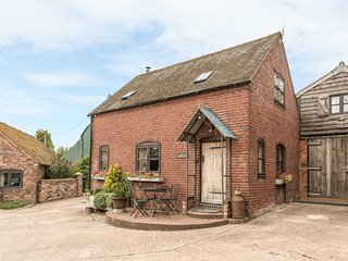 THE CORN HOUSE, family friendly, character holiday cottage, with open fire in Le
