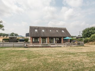 THE COATES, detached barn, en-suites, woodburning stove, in Wall-under-Heywood,