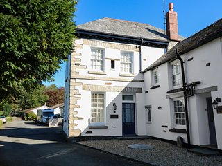 FLAT 1, woodburning stove, dog-friendly, in Camelford