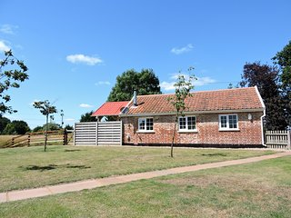 Tui Cottage - dog friendly cottage for 2 in Snape, Coastal Suffolk