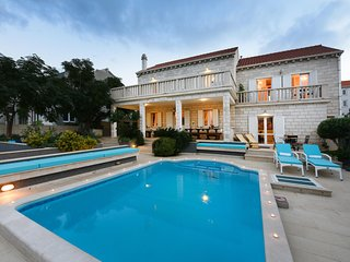 Amazing 6 Bedroom Villa with Pool and Jacuzzi close to the beach