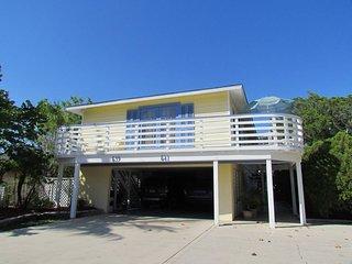 2 Bedroom/ 2 Bath Flat Across from Public Beach Access!!-541
