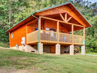 Amazing, NEW log cabin across from the Pigeon Forge River! Close to Town!