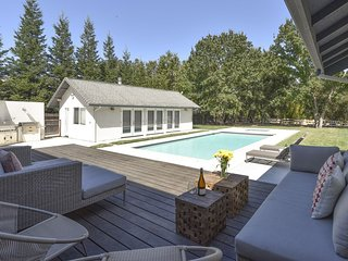 Arnold House - 3 Bedroom, 3 Bath Stylishly Contemporary House with pool and hot