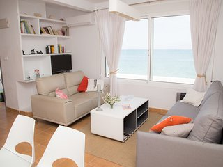 House in front of the sea with fantastic views. Holidays near the beach.