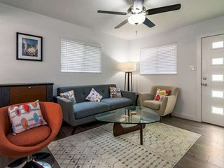 2 miles from Zilker (acl), minutes to DT. Tastefully decorated 2BR Condo, perfec