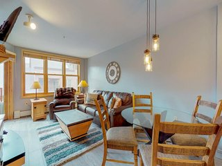 NEW LISTING! Bright condo w/shared pool, 3 hot tubs, sauna, & ski views
