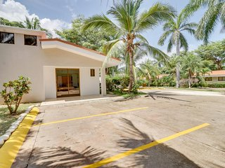 Cozy apartment with shared pool, great location near beach and town