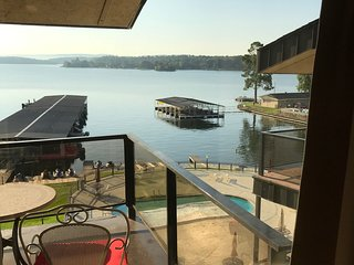 Lake front condo and close to Oaklawn