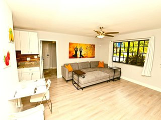 Huge LUXE Modern Retreat 2bd/2ba 4 min to Beach