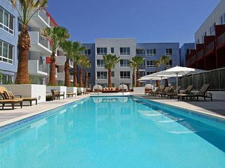 VIP Hollywood Stars 6 BEDs Walk of Fame Suite FREE Parking + WiFi + Pool