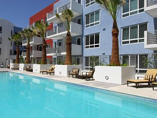 Luxury Hollywood Los Angeles 4 BEDs Suite FREE Parking + WiFi + Pool