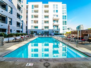 VIP Los Angeles Downtown 5 BEDs Lavish Suite FREE Parking + WiFi + Pool