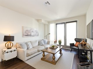 Luxury Downtown Los Angeles 5 BEDs Superb Suite FREE Parking + WiFi + Pool