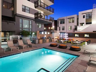 Exclusive Hollywood Penthouse 6 BEDs Superstar Suite FREE Parking + WiFi + Pool