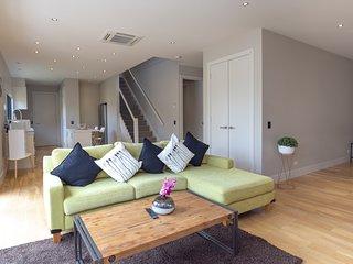 Cosmopolitan Living and Comfort in 3 Bedroom Home