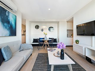 Melbourne City Centre 2 Bed APT POOL and GYM