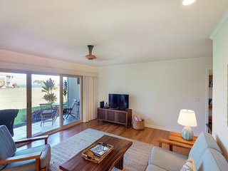 Condo w/ beautiful ocean view, shared pool & hot tub - easy walk to beach!