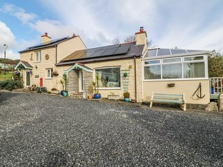 CROW'S NEST COTTAGE, pet friendly, with a garden in Tynygongl, Ref 3829