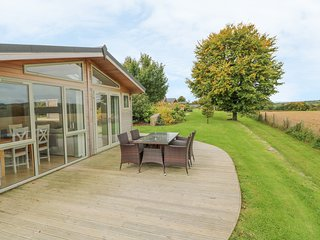 7 HORIZON VIEW, luxury lodge with hot tub and views, Dobwalls