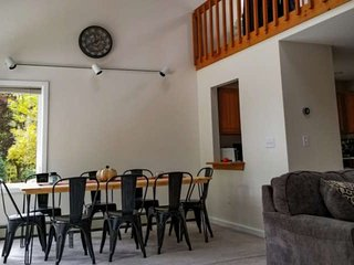 North Conway! NEWLY FURNISHED TOWNHOME GREAT FOR BIG GROUPS. WALK TO SHOPPING, T