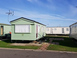 Sunflower Caravan - 2 Bedroom (6 Berth) Silver Grade Caravan on Martello Beach
