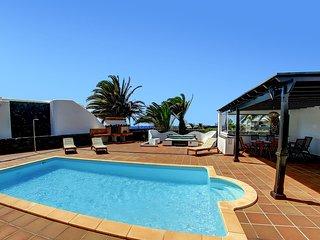 Villa Tucano residencial Faro Park con vistas al mar, piscina,jacuzzi, Wifi