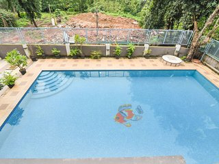 Elegant 2-BR apartment with a pool, 1.2 km from Candolim Beach