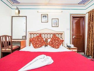 Vibrant accommodation for three, near Hawa Mahal
