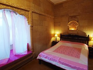 Heritage room for couples, close to Gadisar Lake