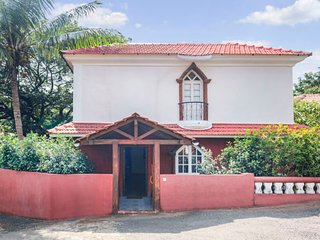 Lavish 4-BR villa with a pool, 900 m from Sinquerium Beach
