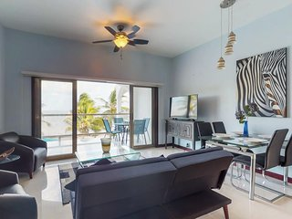 Beachfront condo w/ balcony, sea view & shared pool/dock/kayaks/bikes!