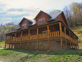 Deluxe 4 Bedroom 4-1/2 Bath Log Cabin With Theater Room
