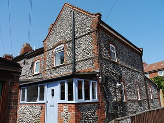 Cromer Flint Cottage, minutes from seafront and town centre, dog friendly, wifi