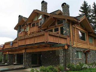 Modern townhome in great location with mountain views and private hot tub!