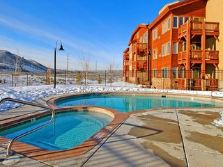 NEW LISTING! Updated condo w/deck, shared pool/hot tub/gym-bus to slopes