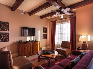 10 minute walk to River Walk stay in our 2 bedroom with rooftop pool and hot tub