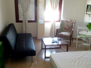 Studio apartment 201 m from the center of Seville with Internet, Air conditionin