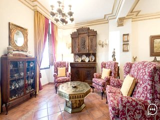 Spacious apartment in the center of Granada with Lift, Parking, Internet, Washin
