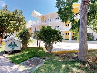 NEW LISTING! Comfortable apartment w/shared pool-near restaurants, beach, golf