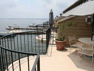 ⍟ Breathtaking Sunrise Waterfront Balcony 2BR Condo with In-Suite Jacuzzi Tub ⍟
