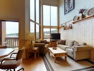 NEW LISTING! Mountain view condo w/ fireplace, deck & jet tub - 300 feet to ski
